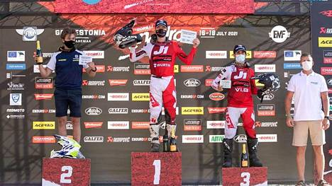 Pyry Juupaluoma (vasemmalla) ajoi toiseksi MM-enduron osakilpailussa Virossa. kisan voitti keskellä oleva Albin Norrbin ja kolmanneksi ajoiKevin Cristino