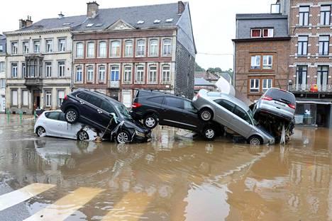 Autot ajautuivat kasalle tulvaveden voimasta Verviersin kaupungissa Belgiassa 15. heinäkuuta.