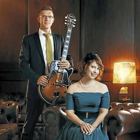Jazzlaulajatar Mariah Hortans ja kitaristi Mathias Sandberg tunnelmoivat jazz-sovitetuin jouluisin sävelmin kulttuuritalo Kimarassa.