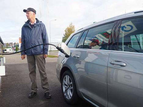 Biokaasua mahtuu Golfin komposiittitankkeihin enimmillään runsaat 17 kiloa. Tankkaus kestää hieman kauemmin kuin bensapumpulla, mutta hoituu letkun kiinnittämisen jälkeen täysin automaattisesti. - Kaasuajossa auton ääni on vähän hiljaisempi, muuten en huomaa mitään eroa bensiiniin, Tapio Leppinen sanoo.