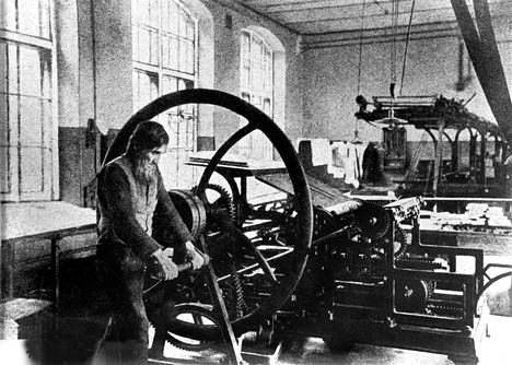 Hartia-Jussi. Aamulehden ensimmäinen painokone oli vuonna 1881 Berliinissä valmistettu Woelmer. Vuonna 1882 sitä käyttämään tarvittiin painaja Jussi Helenin käsivoimia. Höyryvoima tuli Aamulehden kirjapainoon vasta 1890.