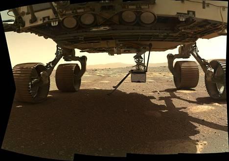 Minihelikopteri oli kiinnitetty Perseverance-mönkijän alaosaan. Mönkijä laskeutui Marsiin helmikuun puolivälissä. Ultrakevyt kopteri on nyt pudotettu 10 senttimetrin matka mönkijän sisältä Marsin pinnalle.