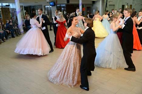 Vanhojentansseissa nähtiin upeita tanssijoita pukuloistoineen.