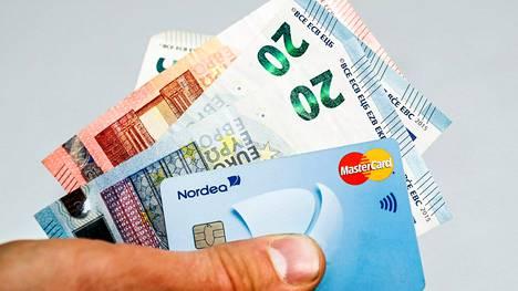 Viisitoista kunnanvaltuutettua on tehnyt Petäjävedellä valtuustoaloitteen kunnan ostolaskutietojen julkaisemisesta kaikkien nähtäville.