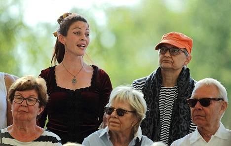 Sastamala Gregorianan ilmaiskonsertissa Tyrvään Pappilassa sopraano Laila Cathleen Neuman kiersi laulaen yleisön seassa.