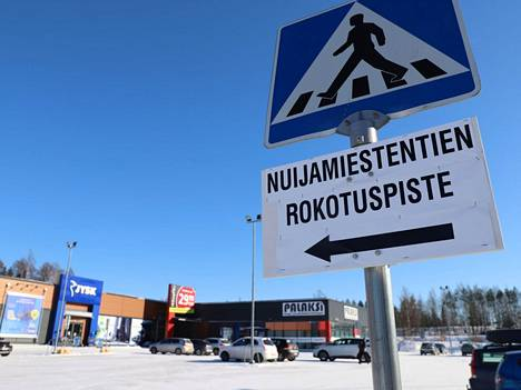 Nokialaisia rokotetaan Nuijamiestentiellä Tokmannin vieressä.