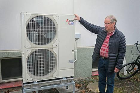 Sakari Telilä esittelee ilma-vesilämpöpumppua, joka valittiin Kaukolan kylätalon uudeksi lämmitysjärjestelmäksi.