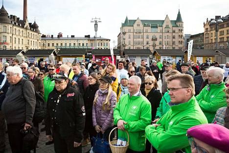 Ihmisiä kokoontui torstai-iltapäivänä Tampereen Keskustorille kuuntelemaan pääministeri Juha Sipilää.