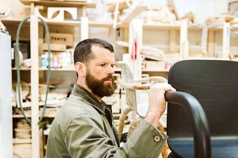 Matthew Day Jackson ihastui Kolhoon ja Formica Ikin tehtaan korkeapainelaminaattiin niin, että halusi tehdä siitä osan huonekalusarjaansa.