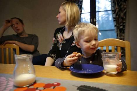 Johanna ja Jouni Riihiaho pohtivat sitä, miten yhtäkkiä on pitänyt ruveta jopa häpeämään sitä, että syvä vuosikymmenten sitoutuminen kotimaisen ruuan tuotantoon on valittu elämäntapa. Aapolle maistuu oman tilan maito sellaisenaan.