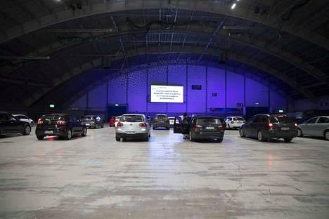Maanantai-iltana 24 kutsuvierasautokuntaa testasi, miltä tuntuu elokuvan katsominen drive in -tyyliin autosta.