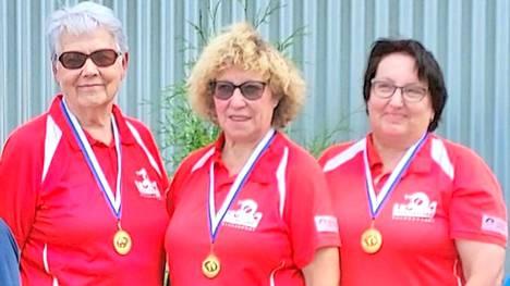 Koski-Petankin kolmihenkinen joukkue Sirkka Laine ja siskokset Pirjo Saarela ja Taru Saarela palkittiin kultamitalilla naisten SM-sarjassa menneen kesän kilpakaudella.