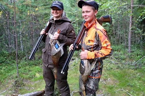 Siskokset Maria Lammentausta (vas.) ja Maarit Raiskio ovat metsästäneet yhdessä vuosia.