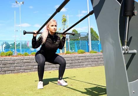 Personal trainer Emmi Natri ihastelee Maakkulan uusittua ilmettä. –Täällä on treenille hyvät mahdollisuudet. Ulkona harjoitteleminen tuo mukavaa vaihtelua sisätiloille.
