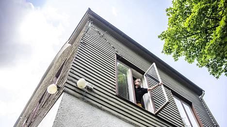 Näsihallin päädyn ikkunarivistö paljasti ohi ajavalle Juha Sirolle, että rakennuksessa saattaisi olla tyhjä asunto, jota kannattaisi kysyä työhuoneeksi.