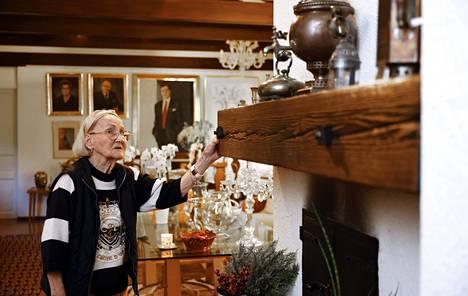 Takan koristeena oleva vanha parru on peräisin salaman kaatamasta pihapuusta. Leena Unkuri halusi säästää sen.