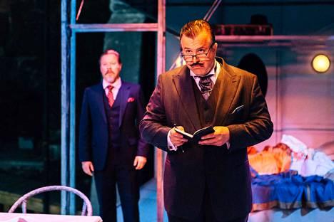 Kristo Salminen on sinnikkäästi Hercule Poirot. Junapomoa esittää Toni Wahlström.