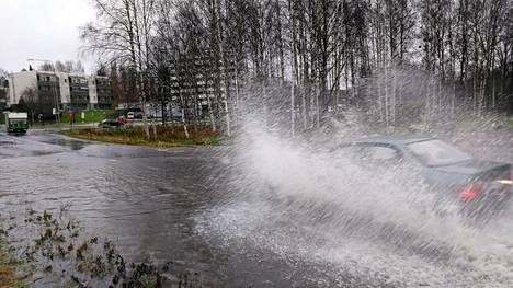 Tampereen Kaukajärven ja Finninmäen väliselle Yrjöläntielle kertyi runsaasti vettä perjantaina.