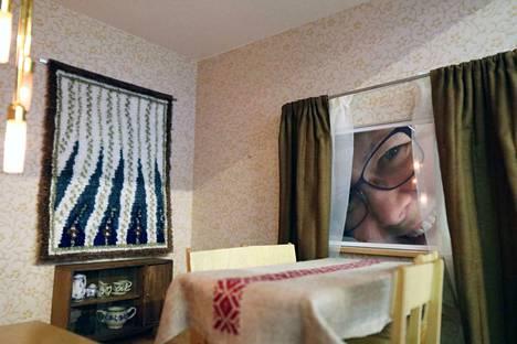 Lapsuuden leikkien tauottua joksikin aikaa Maija Salo löysi nukkekotiharrastuksen uudelleen kymmenen vuotta sitten. Nyt hän on koonnut Keuruun Kesägalleriaan aiheesta näyttelyn.