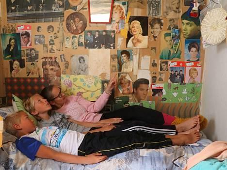 Eelis ja Kaspar viihtyvät Heli-tädin vieressä mummin teinihuoneessa, joka on 55 vuoden takaisessa sisustustyylissä.