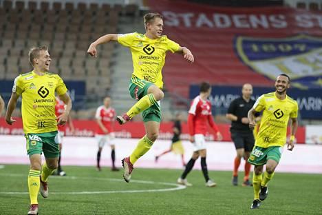 Naatan Skyttä (kesk.) tuuletti ilmavasti 1–0-maaliaan. Iiro Järvinen (vas.) ja Jair onnittelemassa.