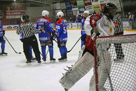Kahden sarjaportaan ero. Peurunka HT:n maalivahti Elias Luomala joutui antautumaan 13 kertaa KeuPa HT:n ilotulituksessa.