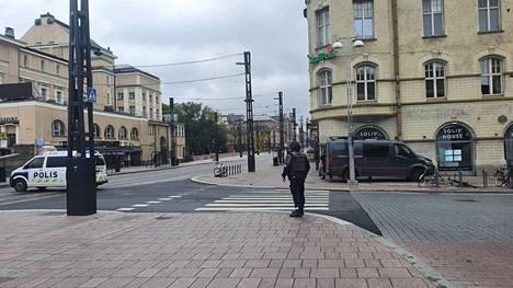 Poliisi tyhjentää Hämeensiltaa.