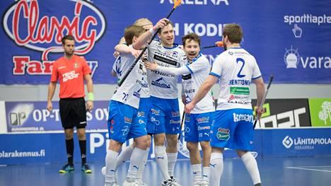 Nokian KrP:n maalijuhlaa. Kuvassa Henri Johansson (vasemmalla),  Morics Krumins (keskellä), Nico Jonaeson ja Joni Henttonen.