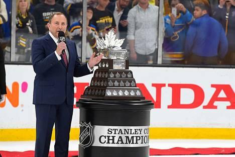 Gary Bettman vakuuttaa, että NHL haluaa viedä kautensa maaliin asti.
