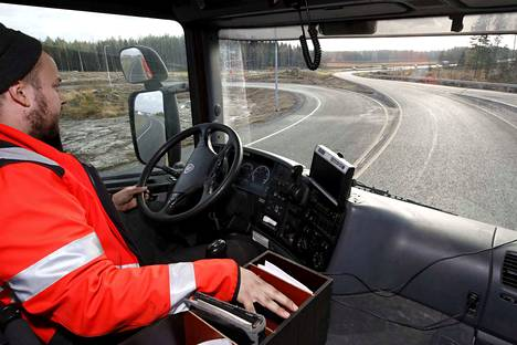 Transporin kuorma-autoa ajava Petri Ruohola kokeili ajaa Söörmarkun risteyksen kurvissa nopeusrajoituksen mukaan. 60 kilometriä tunnissa oli ehdottomasti liikaa: autossa ollut asiakirjalaatikkokin oli lähteä lentoon.