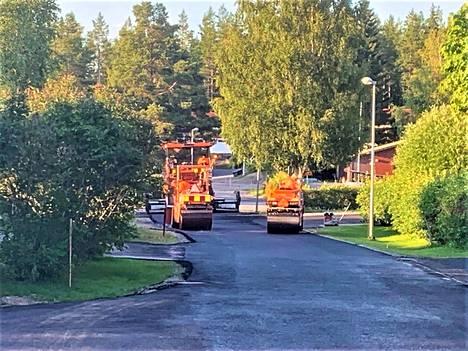 Reiman omakotialueen asukkaiden pitkä odotus palkittiin tänä kesänä. Kadut saivat asfalttipinnoitteen.