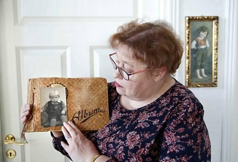 Seija Mäki ei koskaan ehtinyt tavata velipuoltaan Markkua. Nyt hän on kuitenkin saanut käsiinsä valokuvan pienestä vaaleasta pojasta, jonka yllä on kaunis kirjailtu samettiliivi. Mäki uskoo, että kuvan poika on Markku.