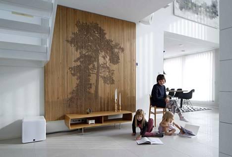 Pia, Aada ja Aino Santalan kodissa Porin asuntomessualueella on kolmiulotteinen paneeliseinä.
