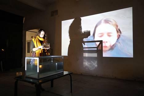 Julia Kovacs Haavisto kuvaa videoteoksissaan hyytävää mutta ihmeellistä yhteyttä luontoon.