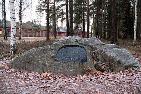 Nervanderinkivi sijaitsee Teollisuuskadun ja Nervanderinkiventien risteyksessä.