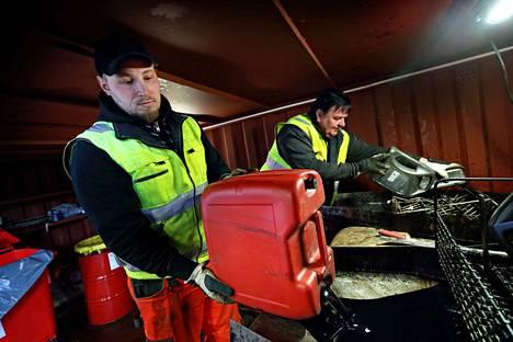Jäteasemanhoitajat Joonas Matalamäki ja Hannu Kiikkola kertovat, että kevään kampanja-aikaan Seinäjoen-Nurmon asemalle tuodaan yhteensä noin 2 000 litraa jäteöljyä.