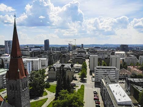 Huomattavan paljon kuntavaaliehdokkaita asuu Tampereen keskustan postinumeroalueella. Maanantaina 7.6.2021 otetussa kuvassa vasemmalla näkyy Tampereen tuomiokirkko, kauempana muun muassa Luminary-kerrostalo, Torni-hotelli, kannen tornitaloja ja hotelli Ilves.