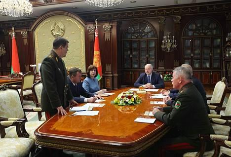 Valko-Venäjän turvallisuuspoliisin, KGB:n, johtaja Valery Vakulchik nähtiin raportoimassa seisaaltaan presidentti Aleksandr Lukashenkolle (pöydän päässä) venäläissoturien pidätyksestä.
