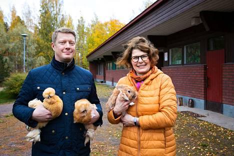 Kangasalan Raudanmaan kyläyhdistyksen puheenjohtaja Jussi Tanila ja Raudanmaan maatiaisnaisten puheenjohtaja Pirkko Syrjäläinen miettivät kylän lakkautetulle koululle uutta käyttöä. Heillä on sylissään Syrjäläisen kani ja silkkikanat.