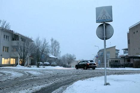 Lumisade on saanut keskiviikkoiltapäivän aikana ajotien sohjoutumaan Jämsän Säterintien ja Lindemaninkadun risteyksessä.