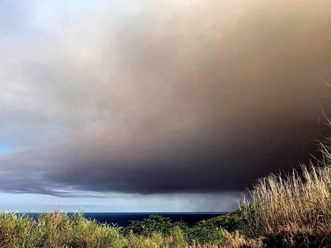 Strombolin saarella Italiassa purkautunut tulivuori nostatti taivaalle tumman tuhkapilven.