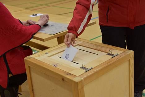 Koko maassa ennakkoon äänesti 33 prosenttia äänioikeutetuista.
