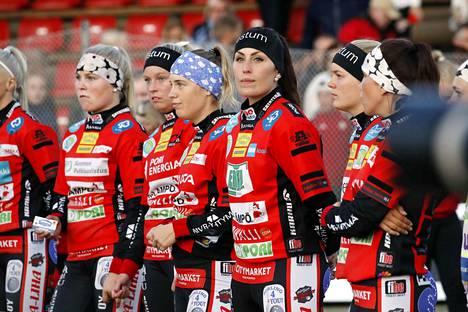 Runkosarjassa Pesäkarhut ja Kirittäret voittivat toisensa vieraissa. Maria Suomisen (kesk.) ja kumppanit yrittävät jatkaa vierasvoittojen sarjaa lauantaina.