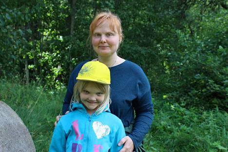 Siurolaiset Jenni (ylh.) ja Siiri Järvenpää kiinnostuivat tapahtumasta. Jenni on nähnyt Somman teoksia kirjastossa ja tämä kesä on ensimmäinen, kun hän pääsee käymään veistospuistossa. Somman taide on hänen mielestään puhuttavaa ja ajatuksia herättävää. Ilmastonmuutoksesta Jennille tulee mieleen ensimmäisenä ahdistus ja hän toivoo, että muutkin heräisivät ajattelemaan ja toimimaan.