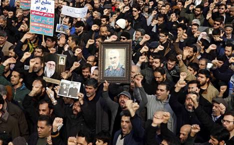 Tuhannet iranilaiset kerääntyivät perjantaina pääkaupunki Teheranin kaduille Yhdysvaltojen vastaiseen mielenosoitukseen ja suremaan Yhdysvaltojen ilmaiskussa kuollutta Qassim Soleimania.