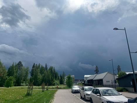 Tummat pilvet kerääntyivät taivaalle Vuoreksessa tiistaina puoli neljän aikaan.