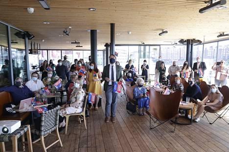 Saunaravintola Kuumaan oli kokoontunut iso joukko jännittämään tuloksen ratkeamista.