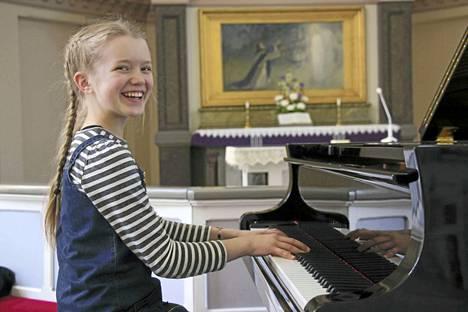 Aino Maria Lappalainen sai Oskar Merikannon Scherzon tulkinnastaan erikoispalkinnon nuorten muusikoiden kansainvälisessä pianokilpailussa Tallinnassa. Kuva otettu Keuruun kirkossa, missä nuori pianisti välillä harjoitteleekin.