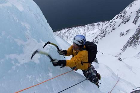 Jääputouskiipeily kuuluu Tuomo Pesosen lempilajeihin. Tässä Pesonen kiipeää Pohjois-Norjassa.