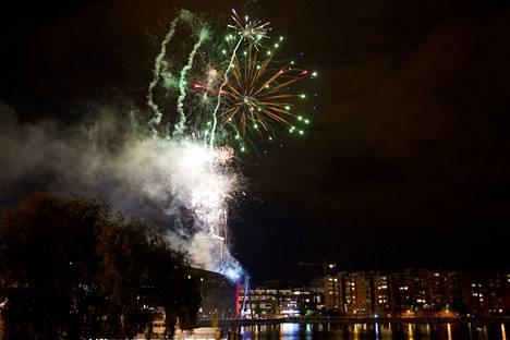 Ilotulitukset ovat perinteisesti osa venetsialaisia. Arkistokuva Ratinan suvannon ilotulituksesta vuodelta 2013.